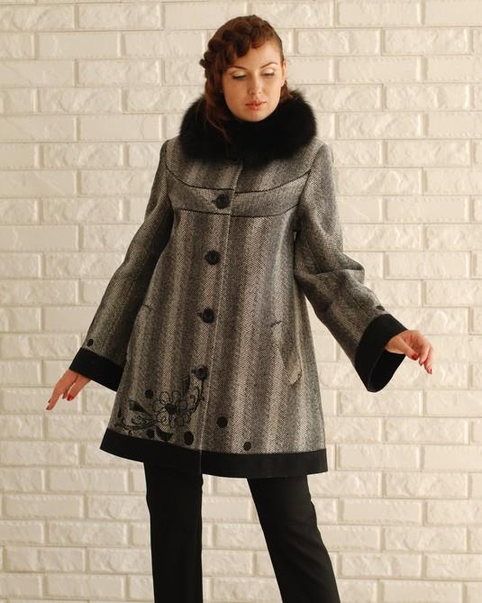 Пальто твид с вышивкой серое