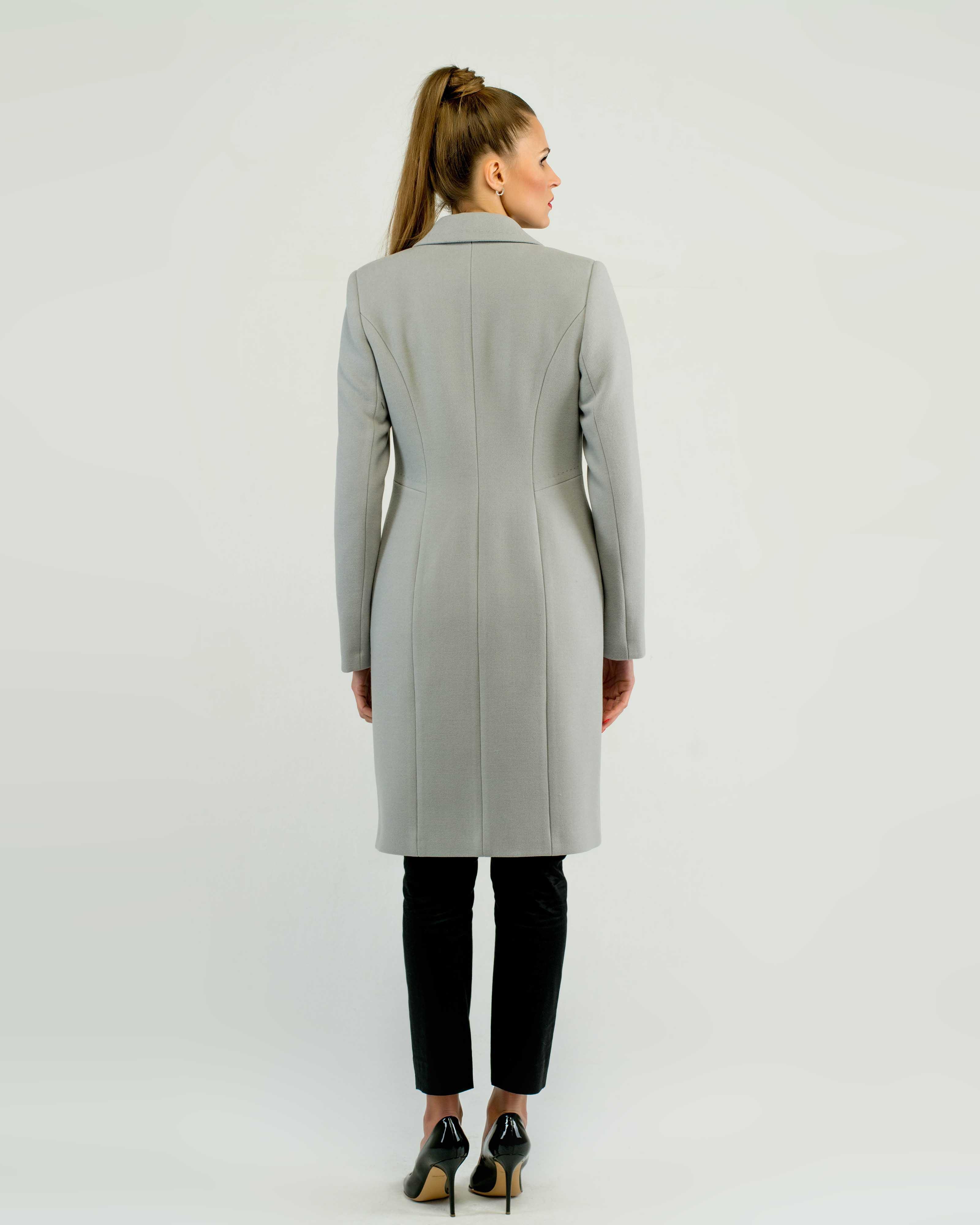 Среднее пальто женское приталенное серое фото
