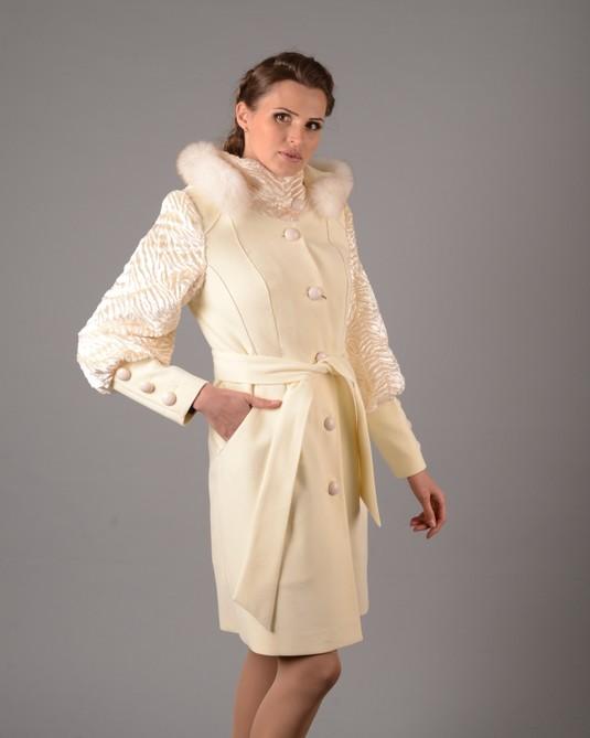 Пальто с меховыми рукавами белое