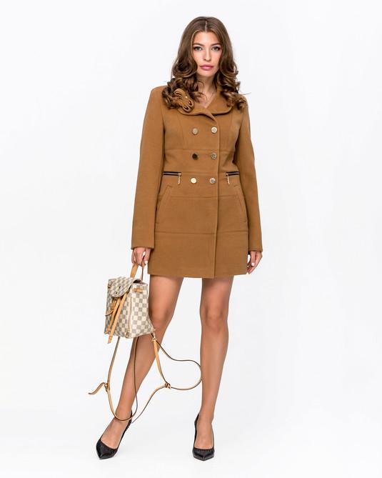 Приталенное пальто с брошью кэмел