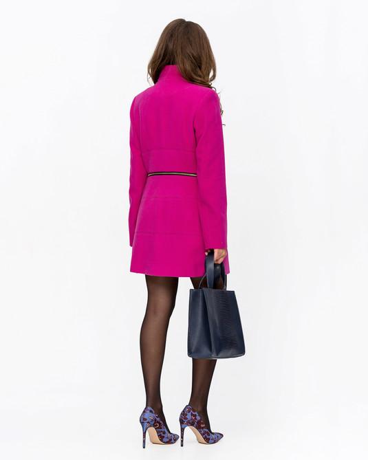 Приталенное пальто с брошью малиновое
